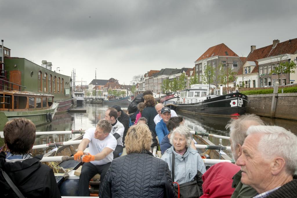25-4-2015 Zwolle, Hattem roeit doet roeitaxi in zwolle.