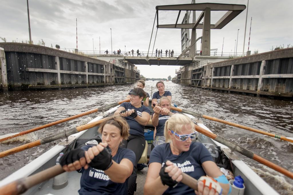 12-9-2015 Zwartsluis Zes dames van het team Voorganck van sloeproeiverniging 'Hattem Roeit' Zwartewaterrace roeien in geleend zesriemssloep Wijsseland de race. foto Herman Engbers