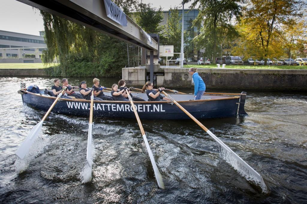 10-10-2015 Amsterdam. HAttem roeit teams roeien mee aan de grahtenrace van Amsterdam. 22 kilometer door de Amsterdamse wateren. op de foto de start van de dames Voorganck foto Herman Engbers