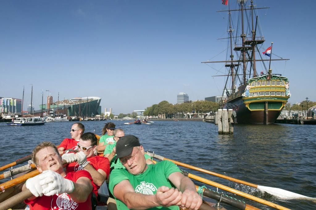 10-10-2015 Amsterdam. HAttem roeit teams roeien mee aan de grahtenrace van Amsterdam. 22 kilometer door de Amsterdamse wateren. Op de foto komen de heren d'Isela voorbij Nemo en het Scheepvaartmuseum. foto Jelmer Krom