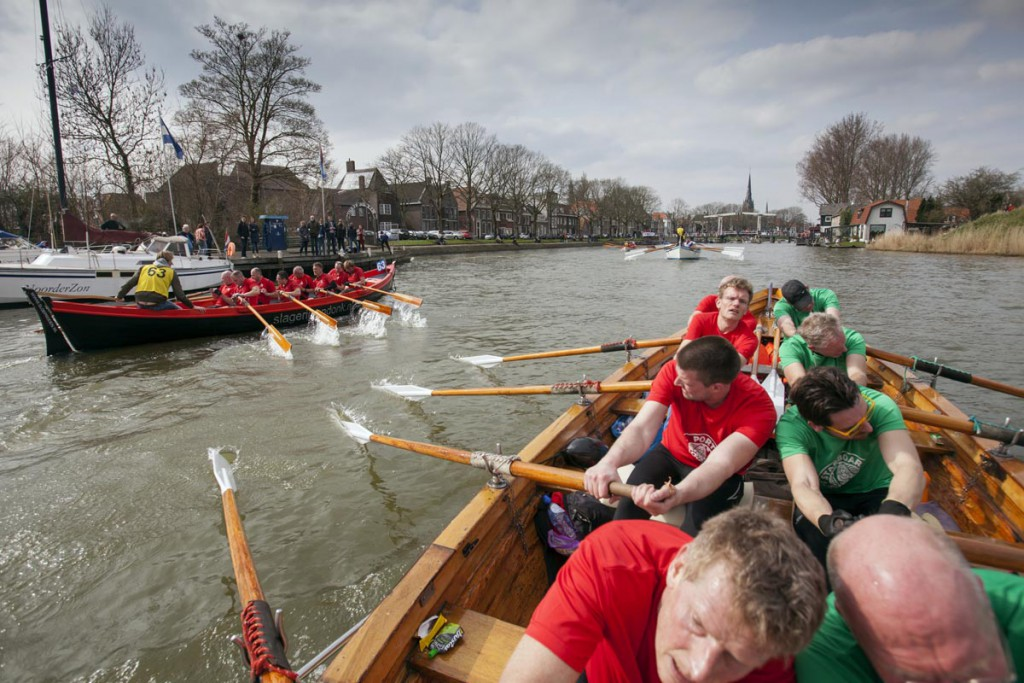 Weesp 2-4-2016 heren Krom van sloeproeiverniging HattemRoeit nderen de finish op de Vecht in Weesp. foto Jelmer Krom