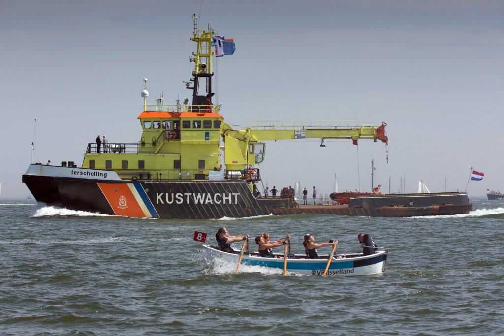 6-5-2016 HArlingen terschelling roeirace over de waddenzee. DAmes 'HAttem Roeit' IN Wijsseland. foto ...