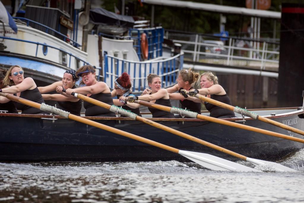 "18-6-2016 Zwolle, team ""dames Hetebrij"" van sloeproeivereniging HAttem Roeit roeit in hun sloep de Voorganck van het Zwarte water de gracht op. foto Herman Engbers"