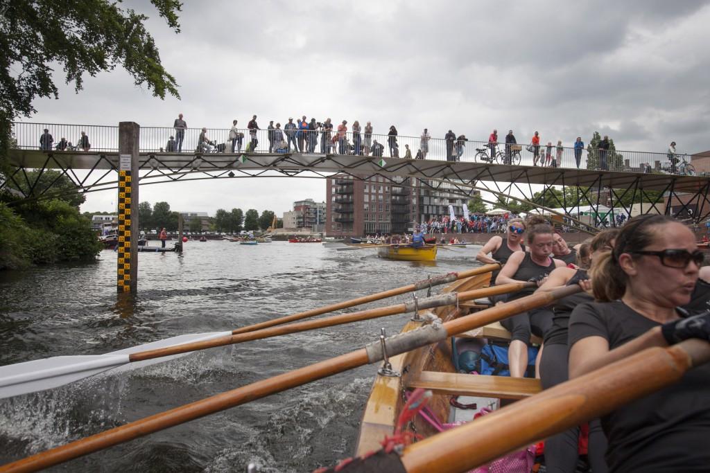 "18-6-2016 Zwolle, team ""IJsselkr8"" van sloeproeivereniging Hattem Roeit, finisht tijdens de Zwolse grachtenrace in hun sloep d'Isela. foto Herman Engbers"