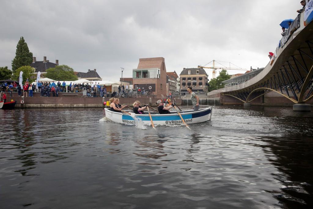 """18-6-2016 Zwolle, Het nieuwe team van Hattem Roeit: """"Naam Volgt"""" roeit in de geleende roeisloep, Wijsseland, hun eerste wedstrijd, de Zwolse grachtenrace. foto Herman Engbers"""