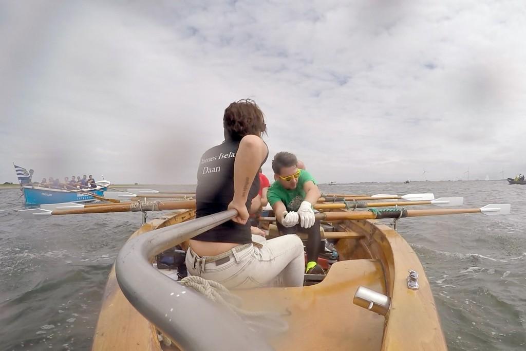 16-7-2016 Bruinisse, roeiteam 'Heren Krom' van sloeproeivereniging 'Hattem Roeit' roeit de mosselrace op de Oosterschelde in Bruinisse. Stuurvrouw Daan stuurt op de foto de boot op de terugweg naar de finish. foto Gopro still.