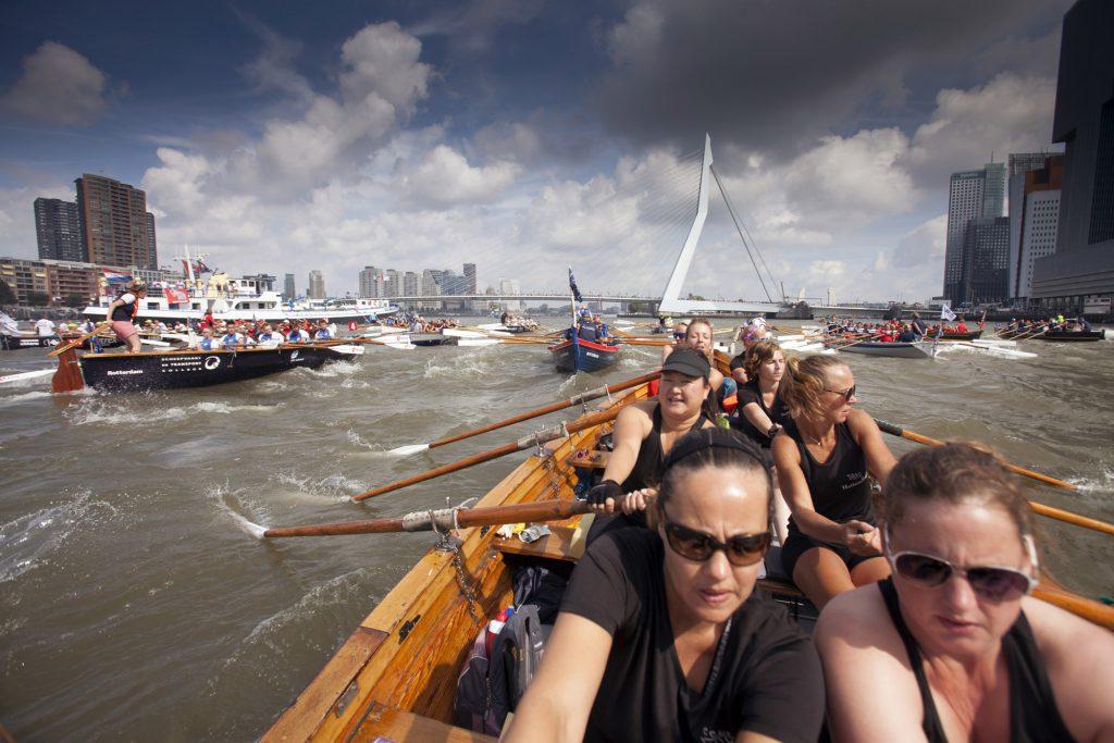 """3-9-2016 Rotterdam, sloeproeiteam, """"Dames IJsselkracht"""" van sloeproeivereniging HAttem Roeit roeien de maasrace in Rotterdam. Op de foto bij start voor de Erasmusbrug. foto Herman Engbers"""