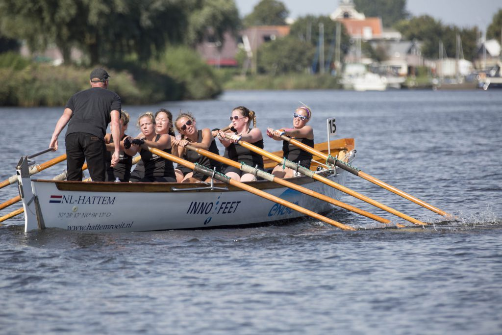Dames IJsselkr8 op weg naar de laatste bocht voor de finish. Foto Martijn Burger