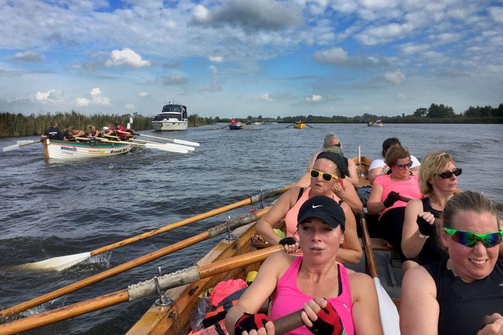 1-10-2016 Langweer. Dames team 'Team inc' in roeisloep 'd'Isela' bezig met het inhalen van een Fries damesteam uit Terherne. foto Sander van Straten.