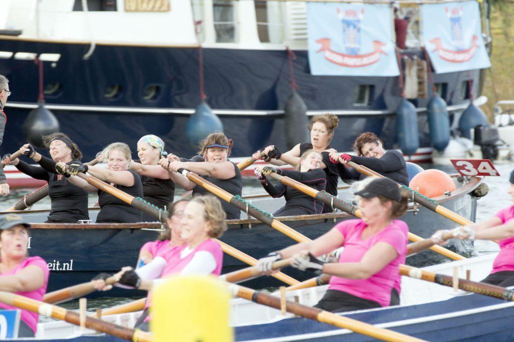 Dames Hetebrij komen over de finish in de tweede heat.