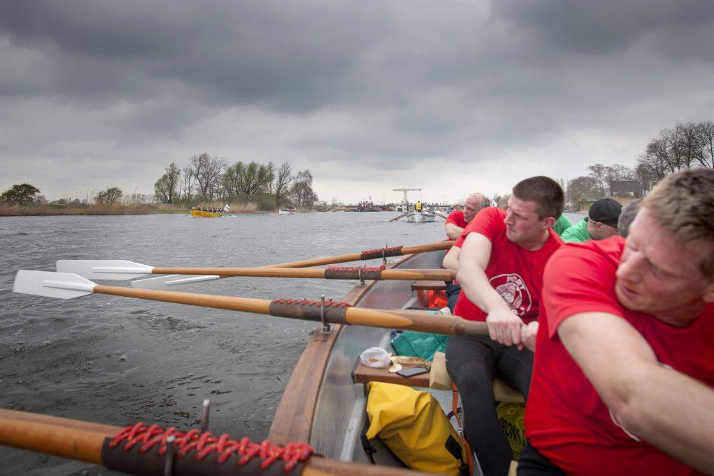 1-4-2017 Weesp. sloeproeiwedstrijd 'vechten opde vecht' heren Korm roeien de Voorganck.