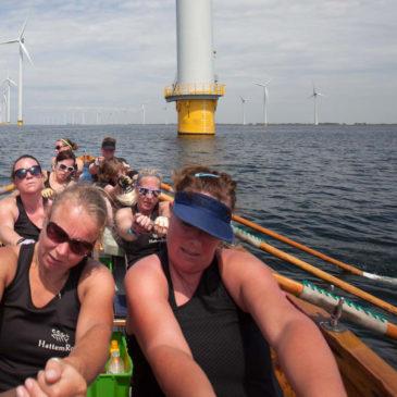 Damesteamsstrijden op het IJsselmeer tussen de windmolens